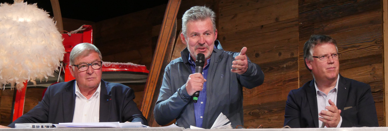 Pierre GOGIN, 1er co-président de l'UNION sport & cycle en conclusion du SkiDebrief 2018 entouré de Gilles CHABERT, président des moniteurs de ski et Gilles REVIAL de l'agence G2A